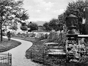 23_Historische_Aufnahme_Grabdenkmaeler_am_Deutschen_Friedhof_um_1920