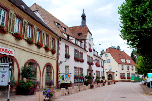 24_Buchsweiler_(Bouxwiller)_-_Touristenamt_mit_dem_Museum_'Hanauer_Land',_rechts_daneben_das_Rathaus
